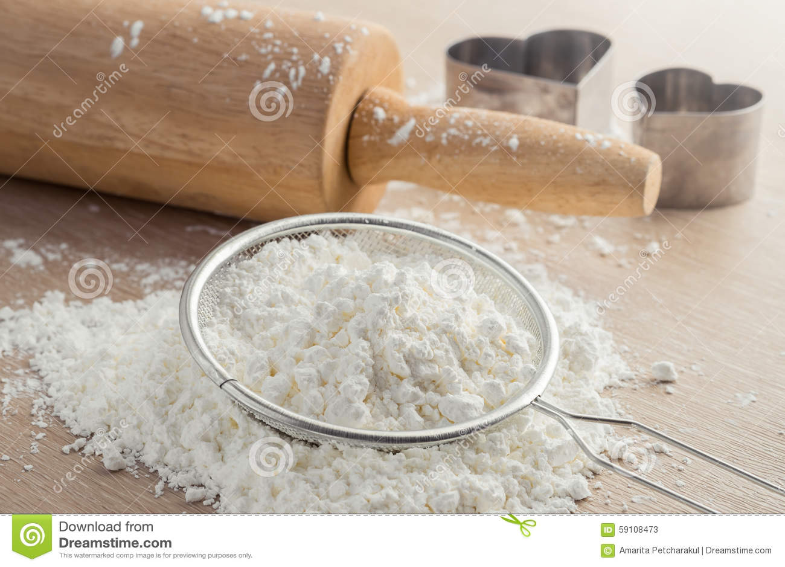 在筛子和木滚针的面粉