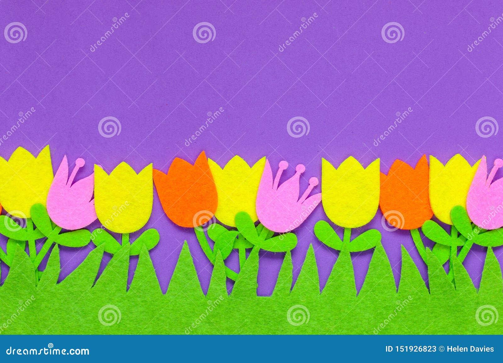 在简单的背景的明亮地色的感觉的郁金香花