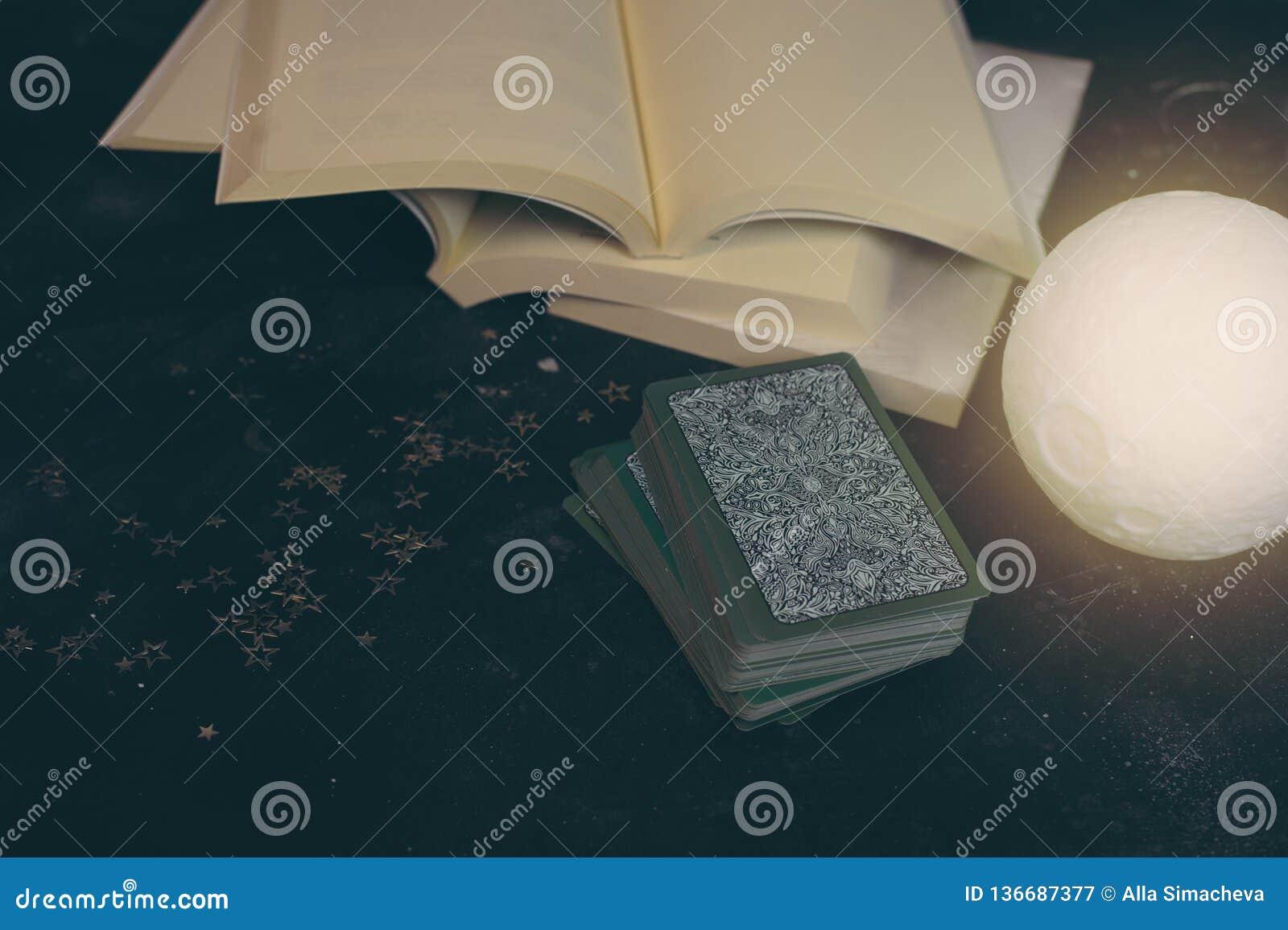 在算命者书桌桌上的占卜用的纸牌 未来读书