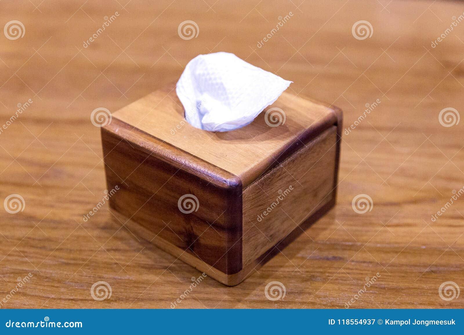 在箱子的薄纸有木头的