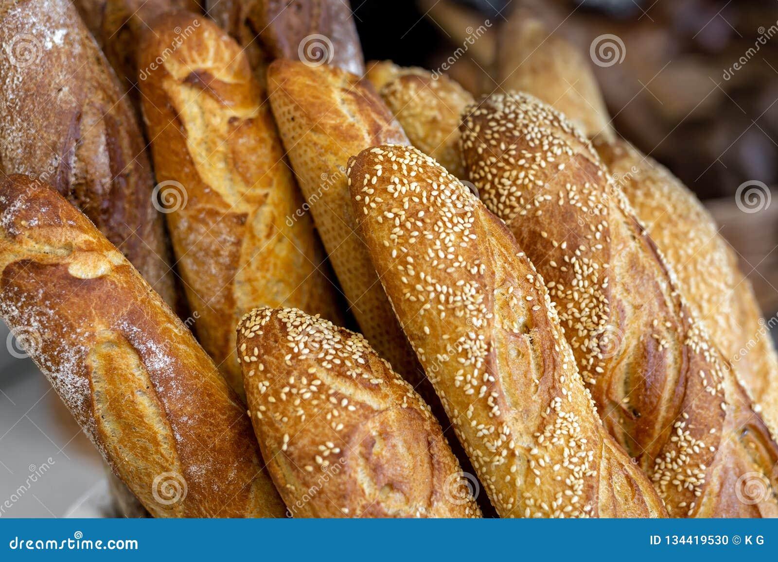 在篮子的传统有壳的法式面包长方形宝石在面包店 新鲜的有机酥皮点心在地方市场上 法国烹调背景