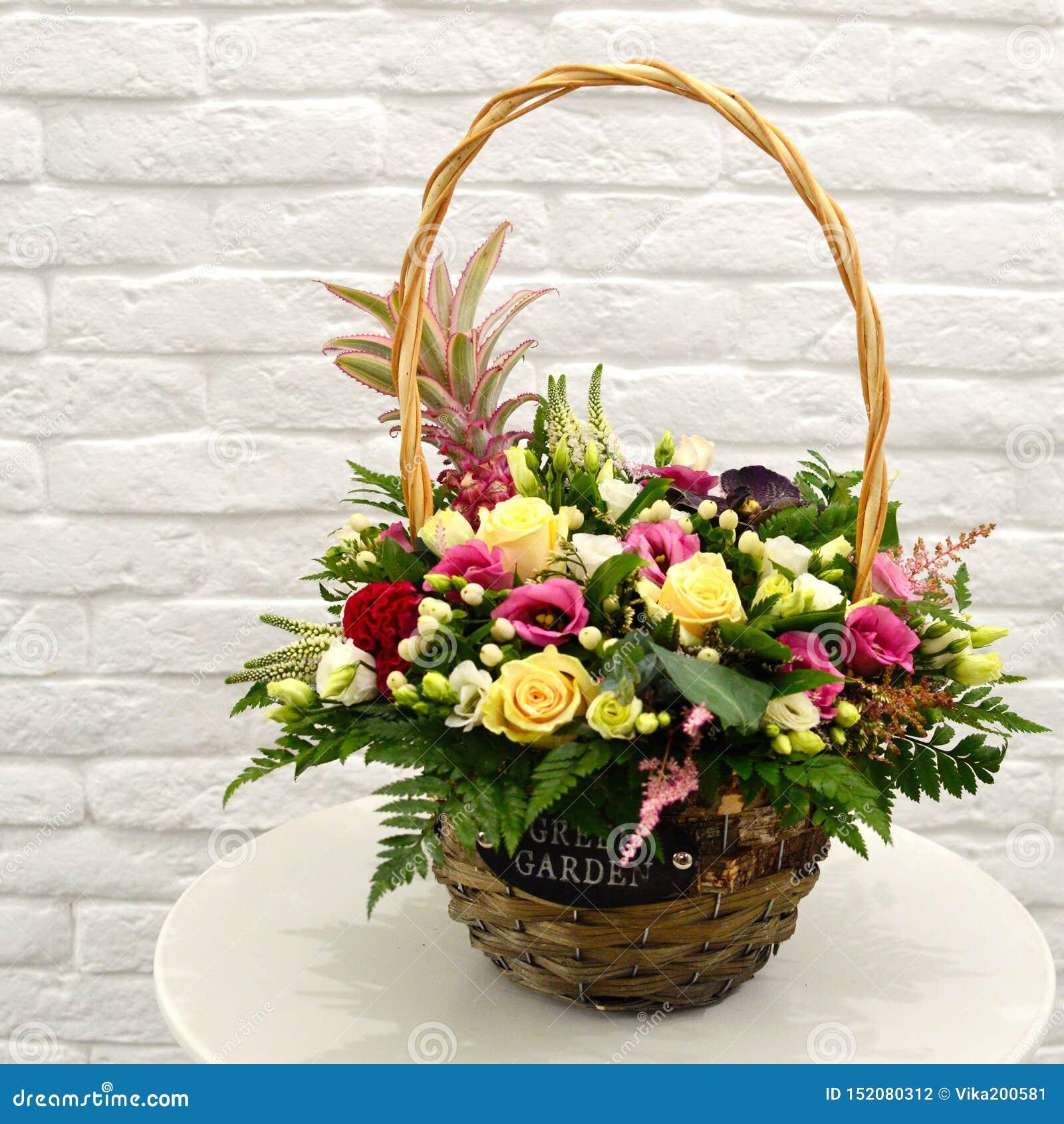 在篮子的多彩多姿的花束