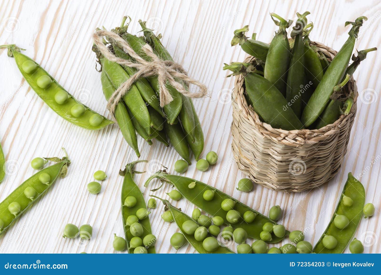 在篮子的新鲜的有机绿豆