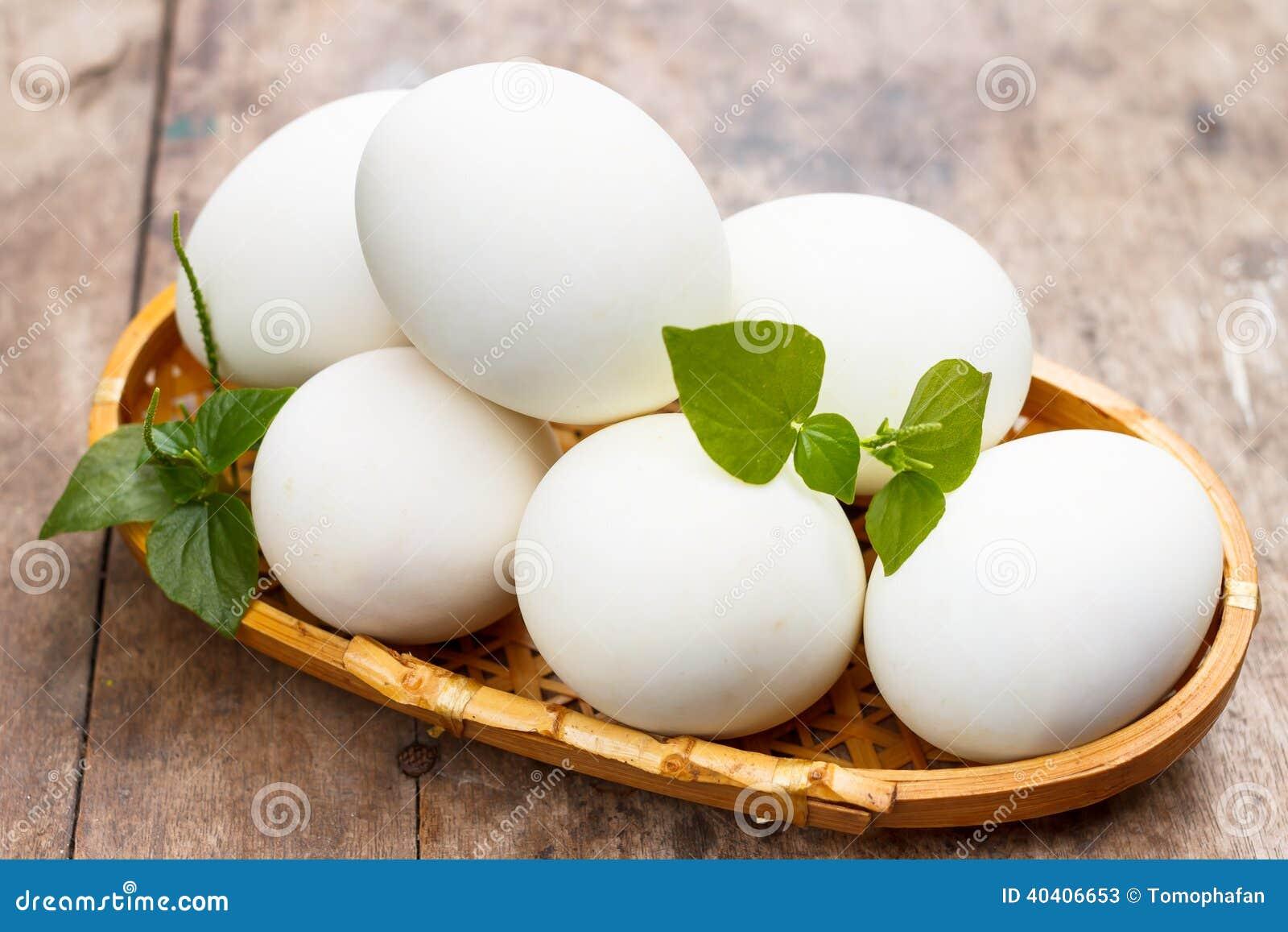 在木桌上的白鸡蛋.图片
