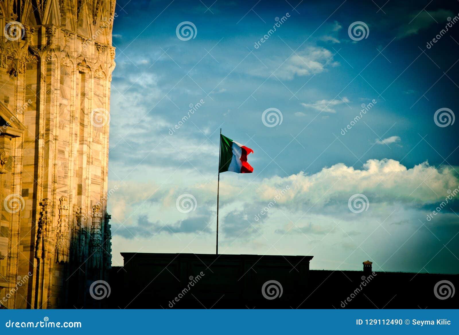 在米兰天空的意大利旗子