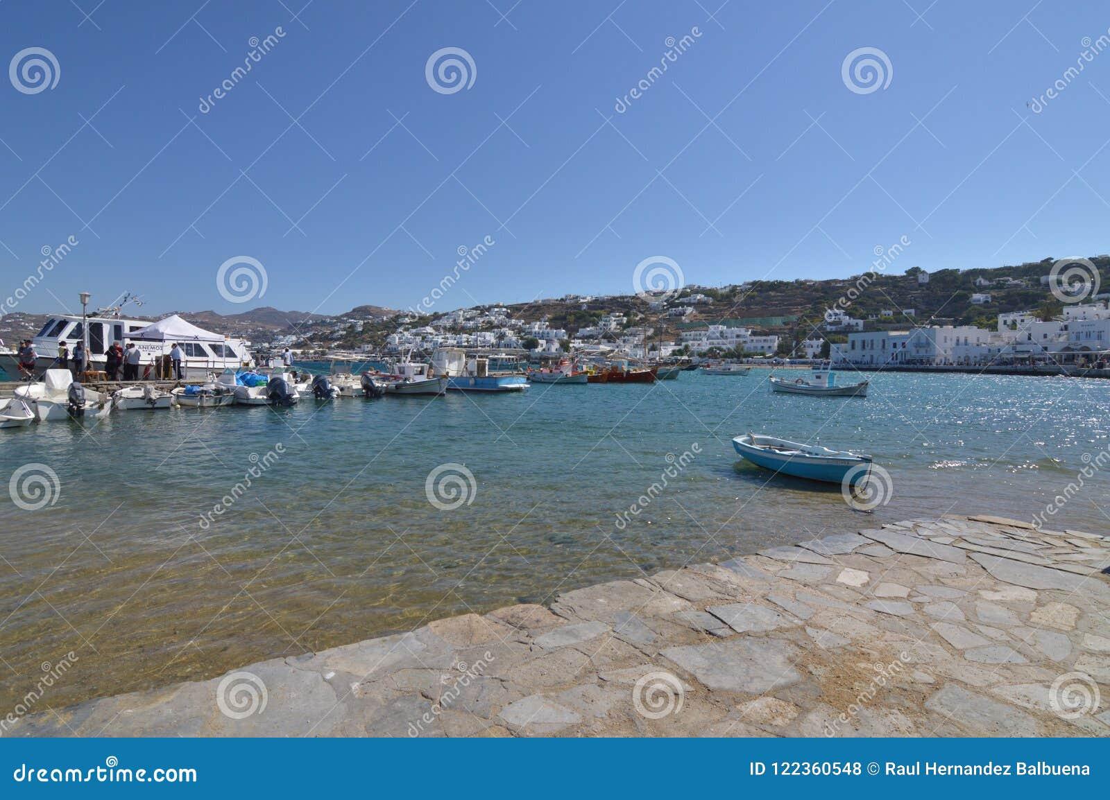 在米科诺斯岛逃出克隆岛的Chora捕鱼港口  建筑学使旅行巡航环境美化