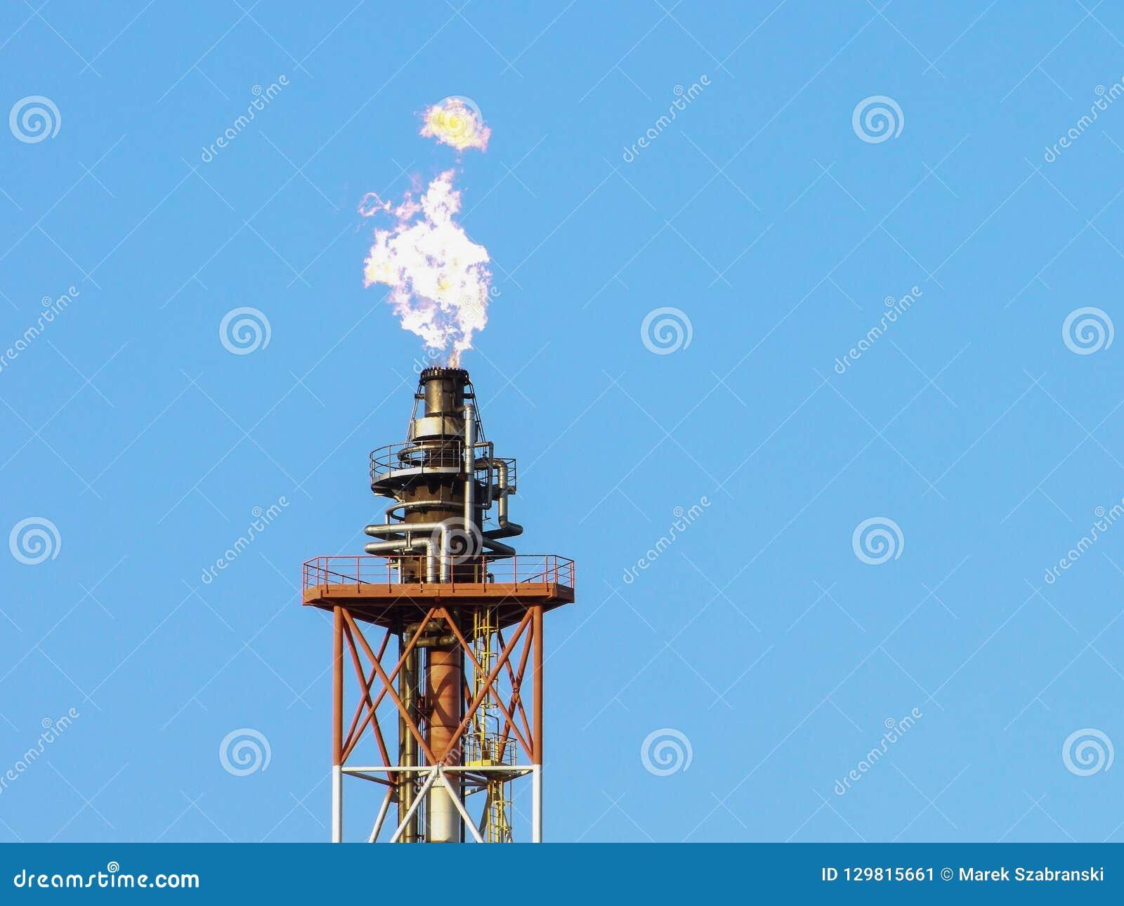 在精炼厂塔的火焰