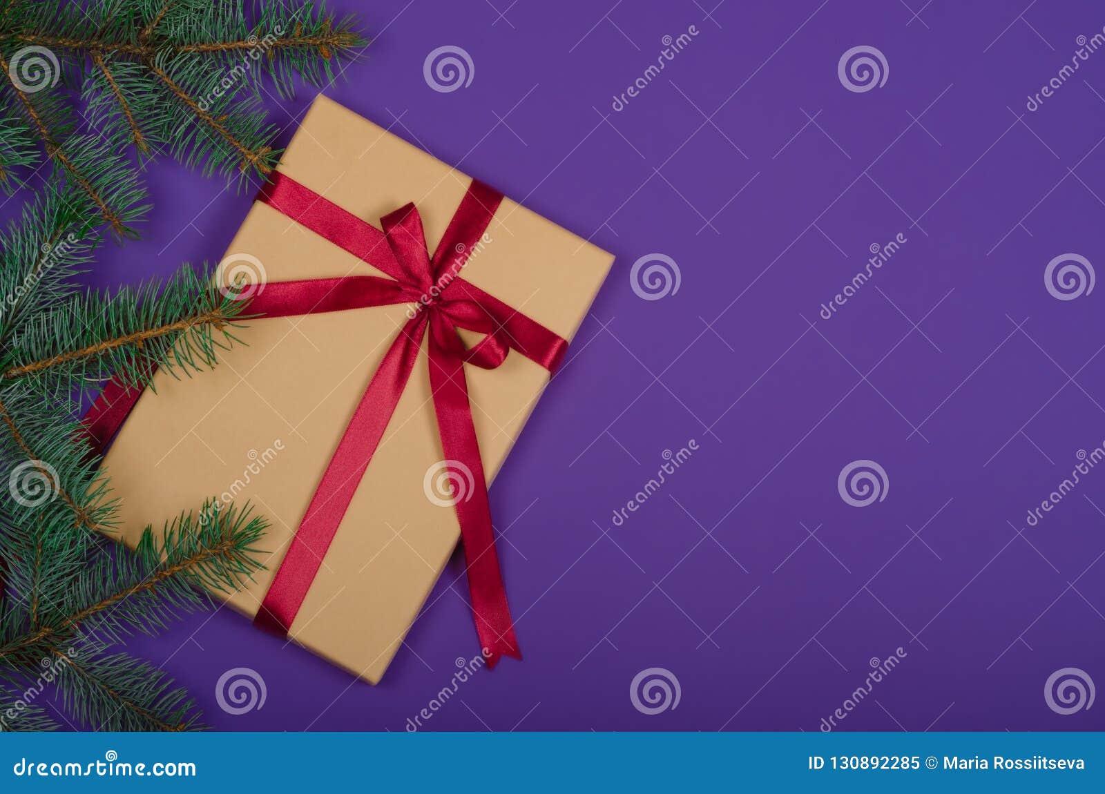 在紫色背景的圣诞节礼物