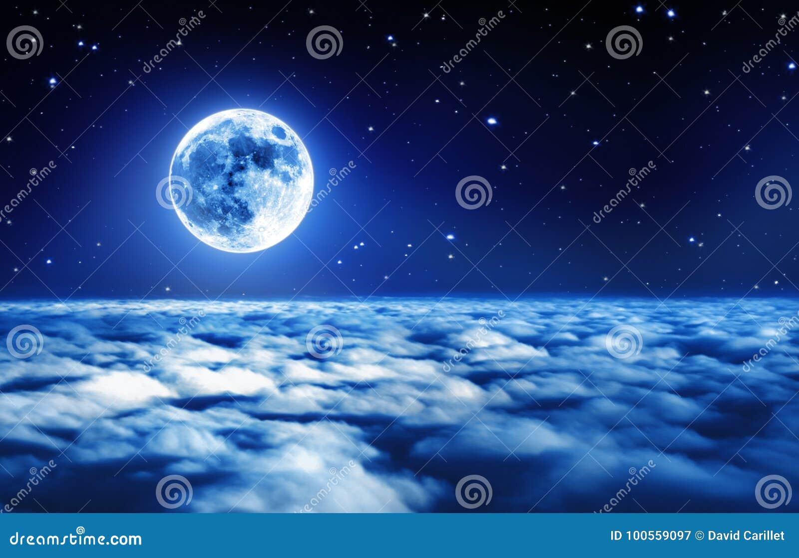 在繁星之夜天空的明亮的满月在与软的发光的光的梦想的云彩上