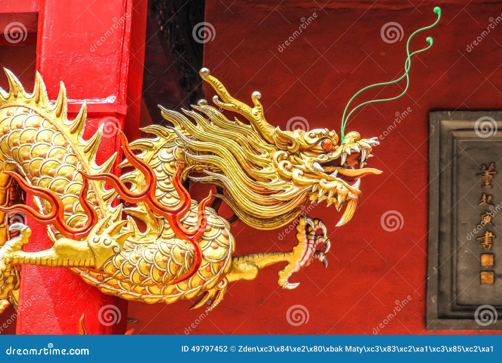 在红色墙壁上的金黄中国龙
