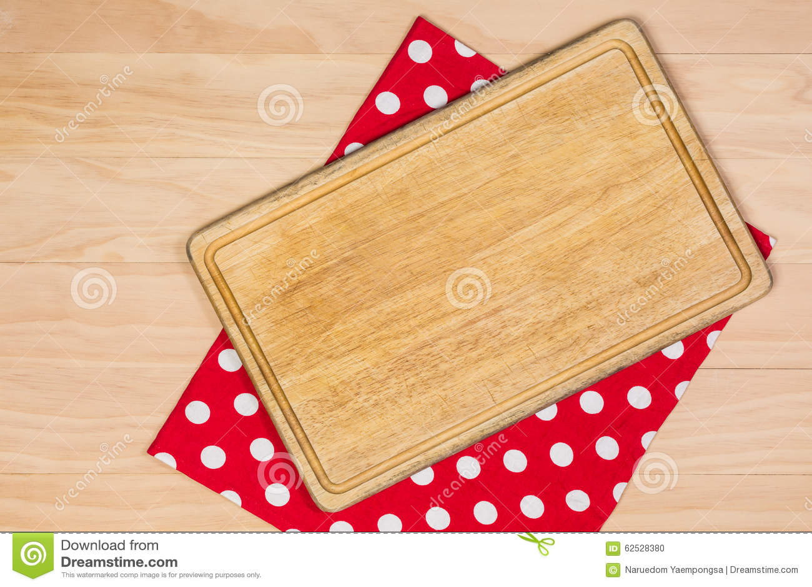 在红色布料的切板