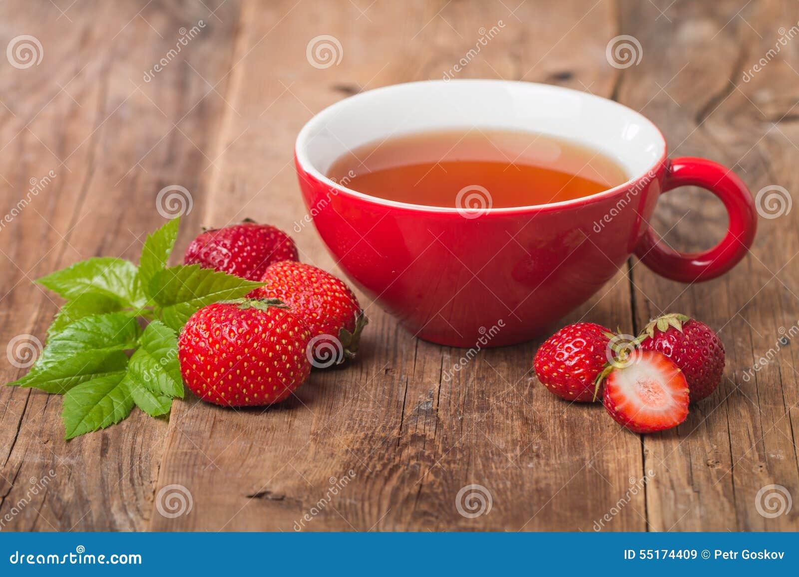在红色杯子的黑人英语茶用草莓