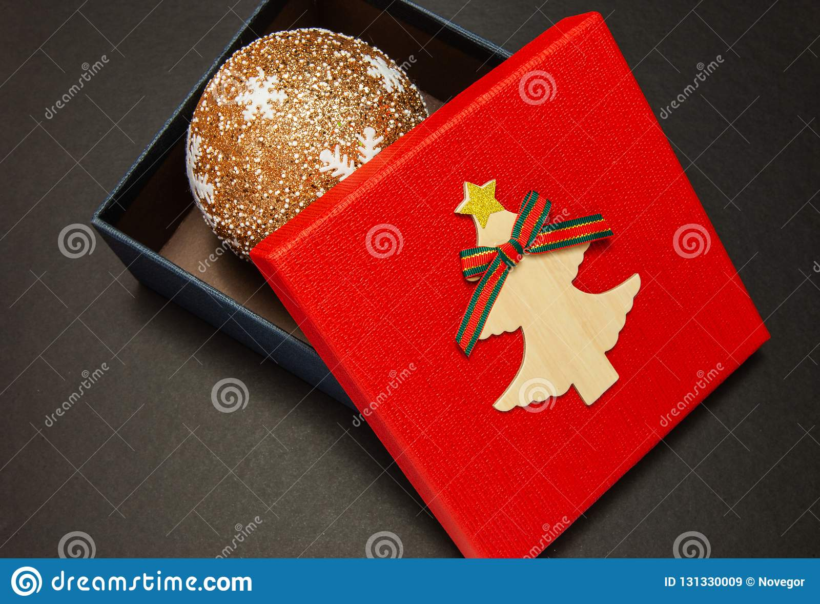 在红色的礼物盒与圣诞节球,特写镜头