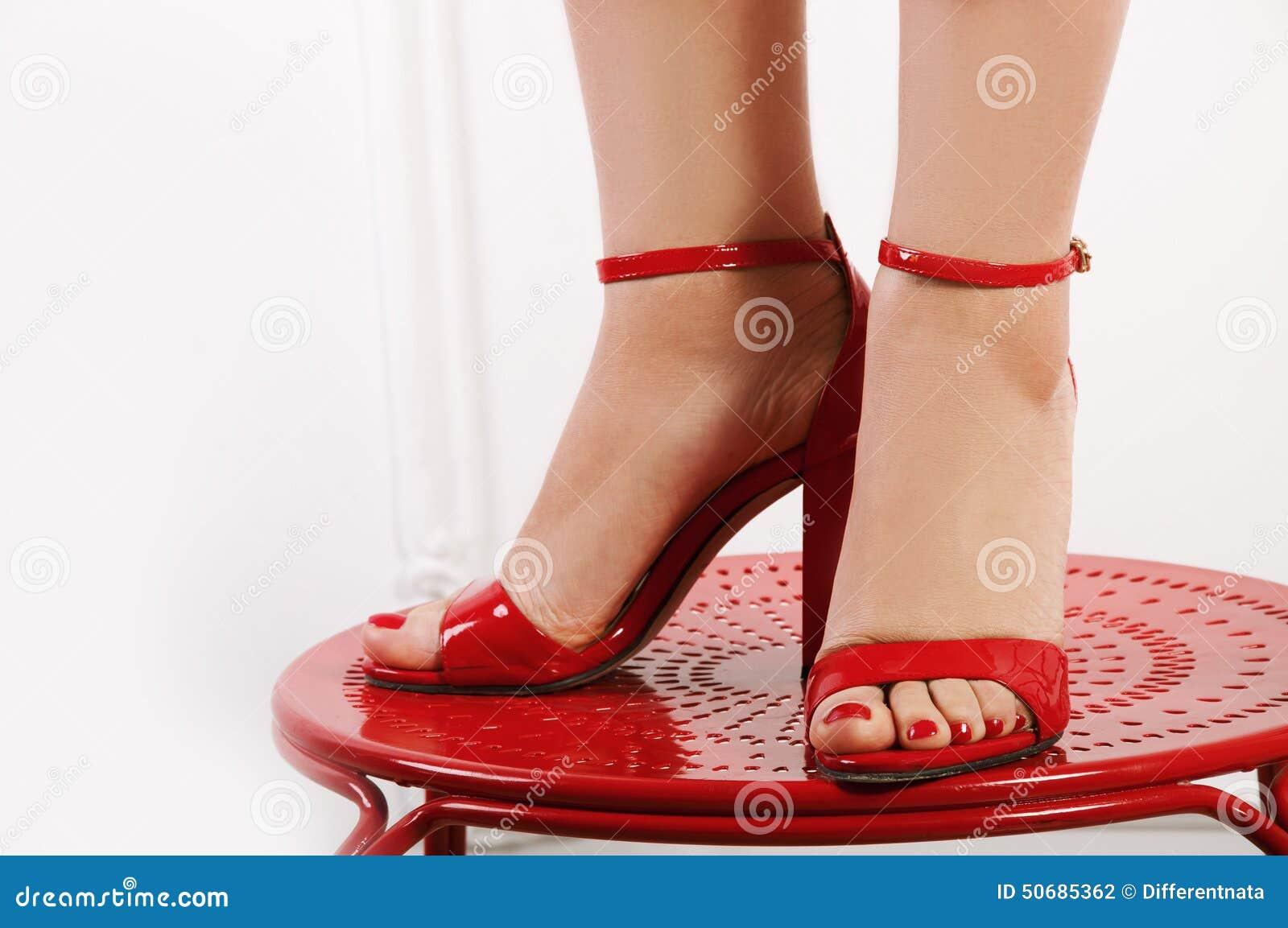 Download 在红色窥视脚趾的妇女的赤脚 库存照片. 图片 包括有 短剑, 方式, 皮革, 背包, 鞋类, 典雅, 凉鞋 - 50685362
