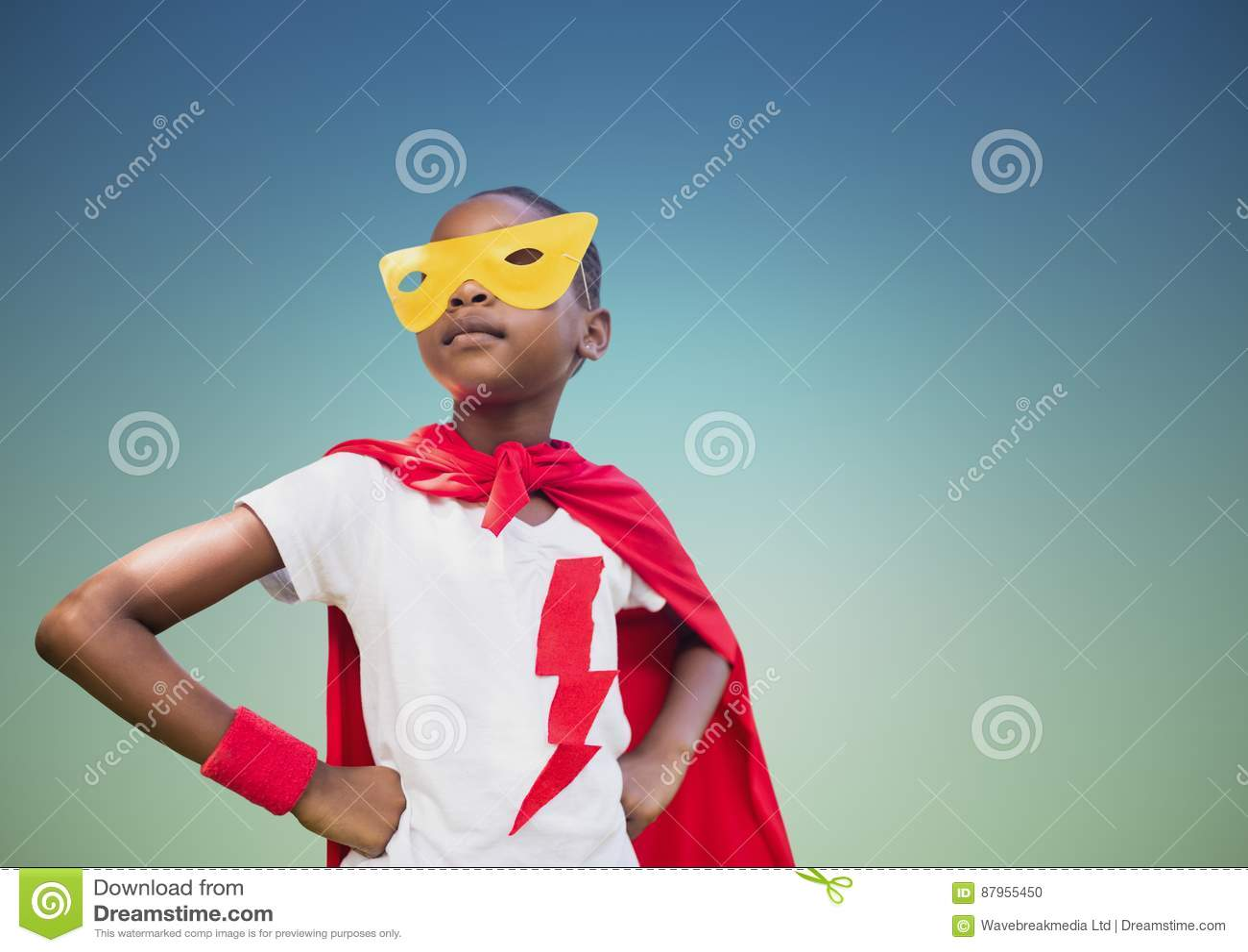 在红色站立用在臀部的手的海角和黄色面具的超级孩子