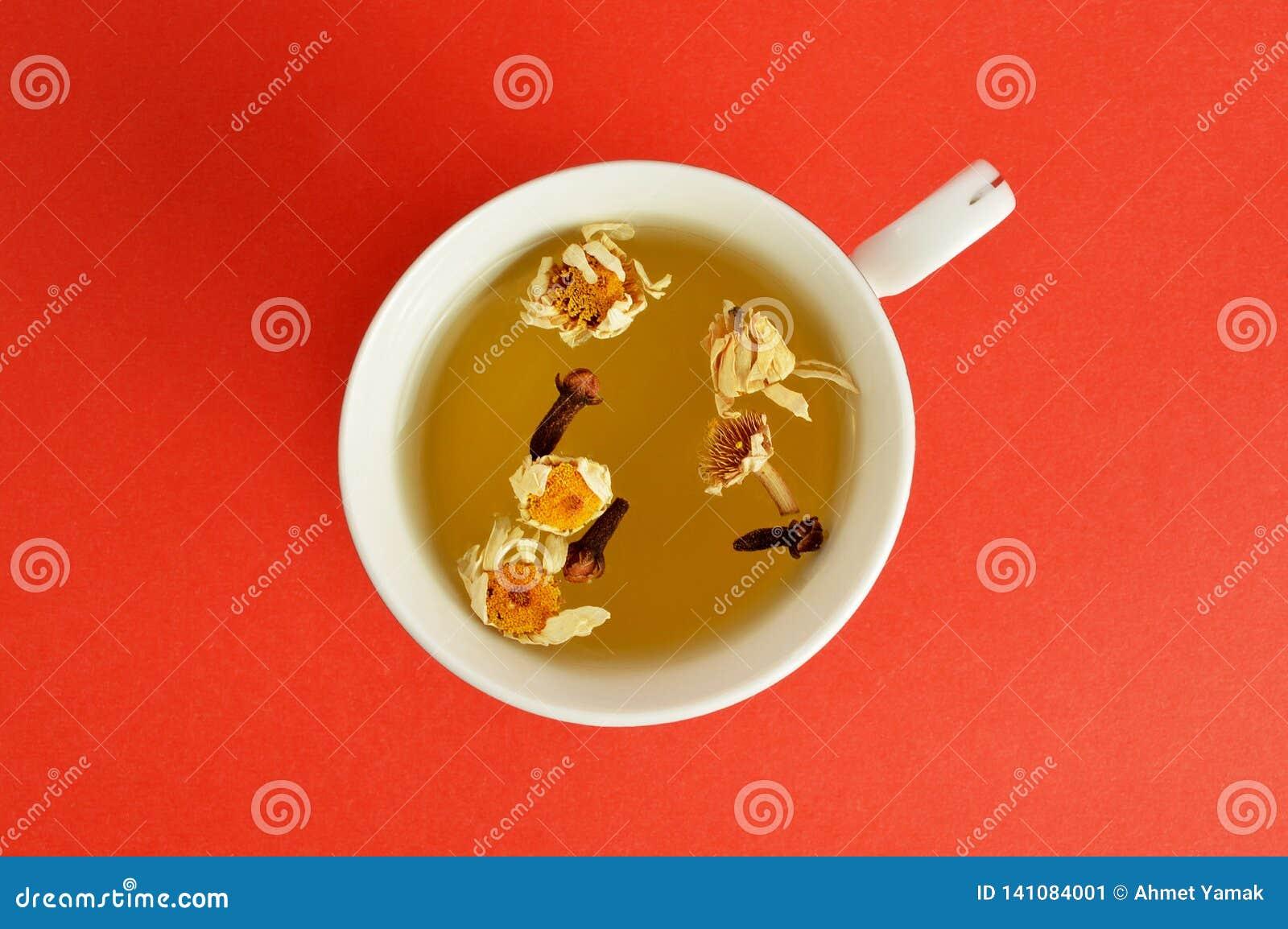在红色背景的清凉茶