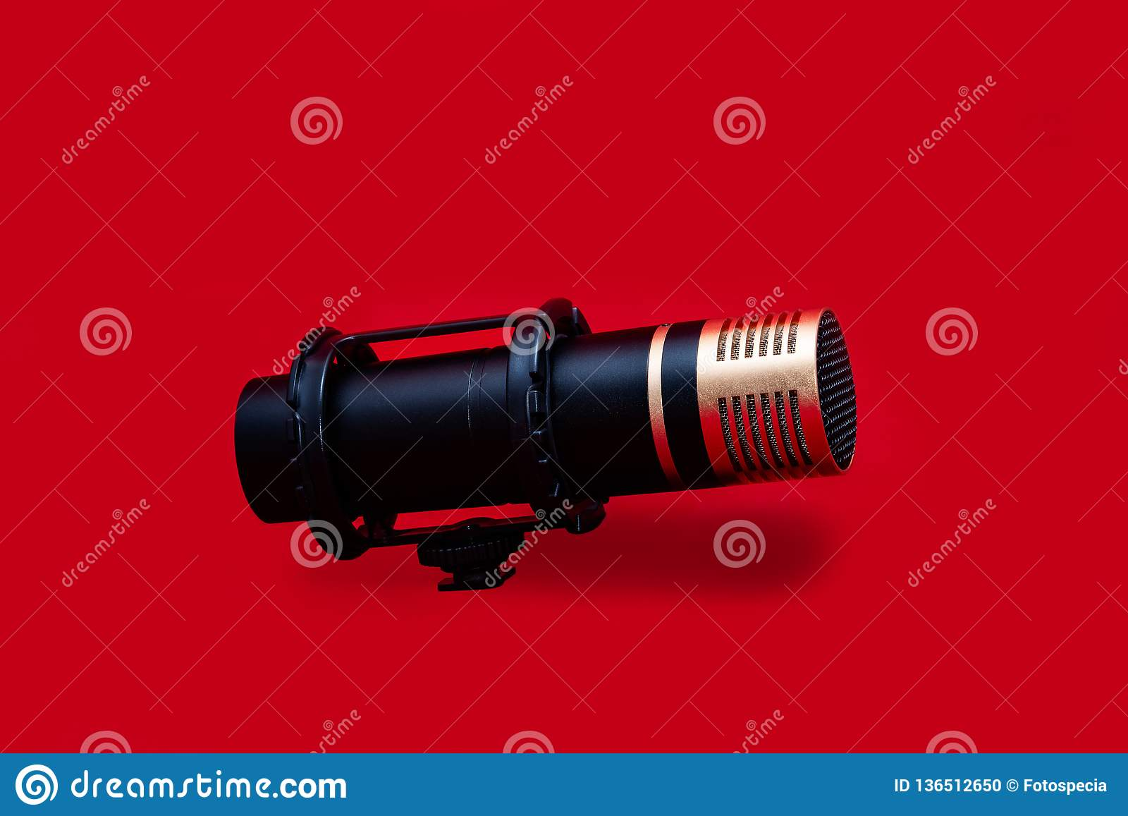 在红色背景的立体声话筒