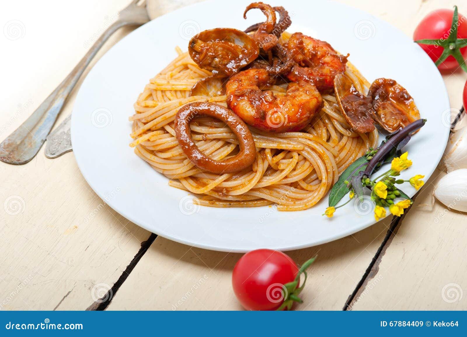 在红色西红柿酱的意大利海鲜意粉面团