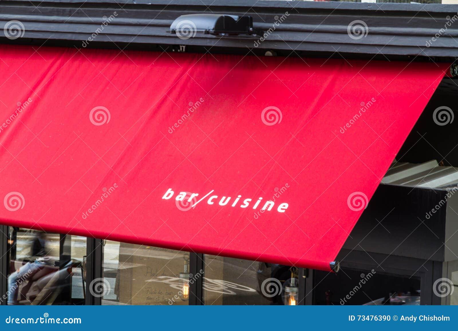 在红色遮篷的酒吧烹调