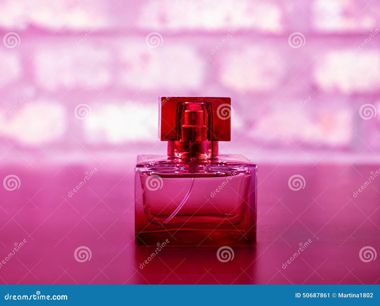Download 在红颜色的Parfume 库存图片. 图片 包括有 礼品, 宏指令, 化妆用品, 玻璃, 芬芳, 淫荡, 气味 - 50687861