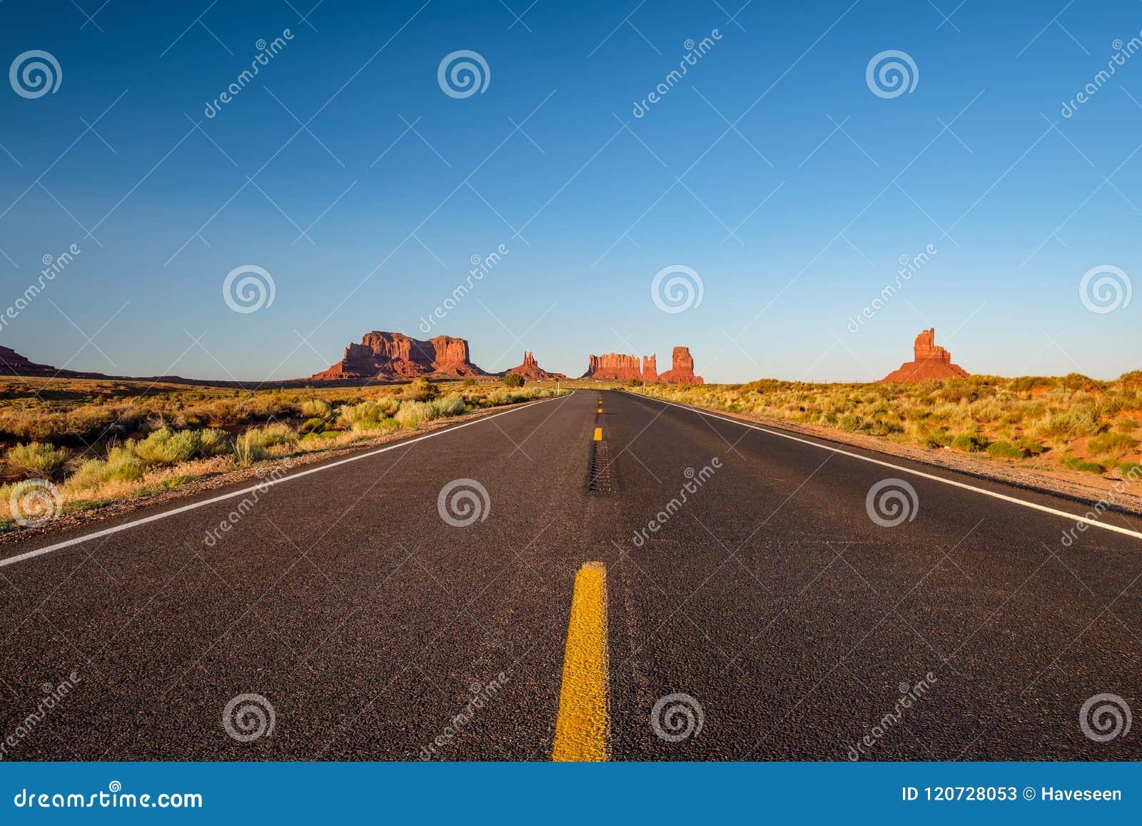 在纪念碑谷的空的风景高速公路