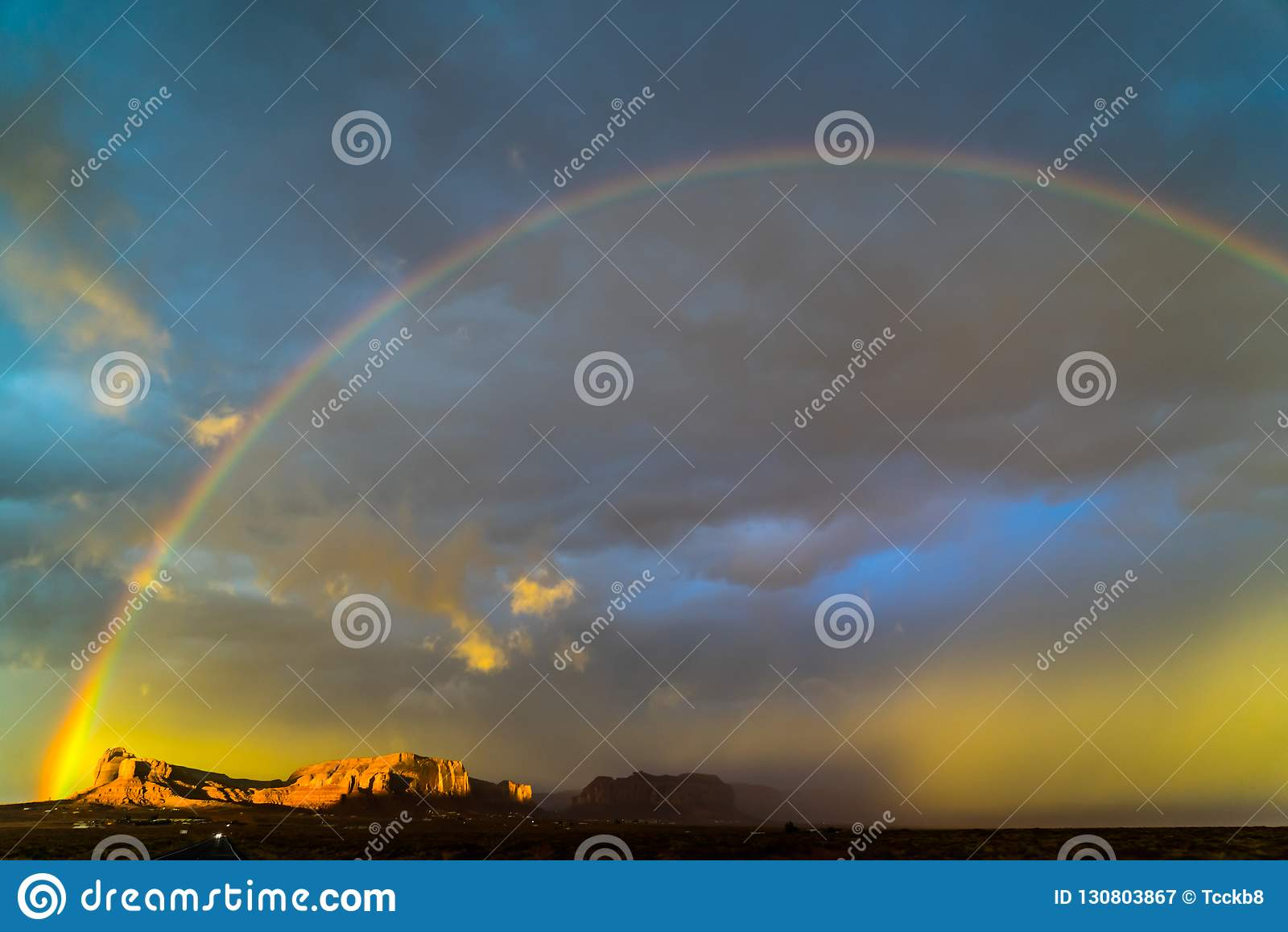 在纪念碑谷,犹他的彩虹