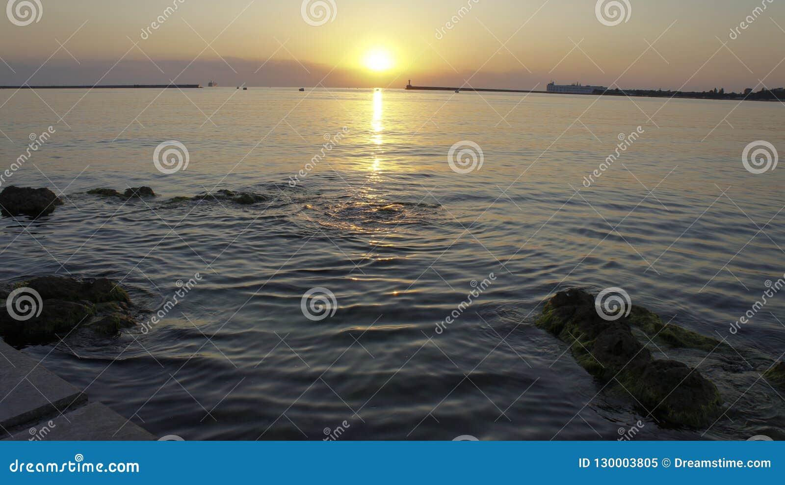 在纳希莫夫江边的美好的夏天日落在塞瓦斯托波尔