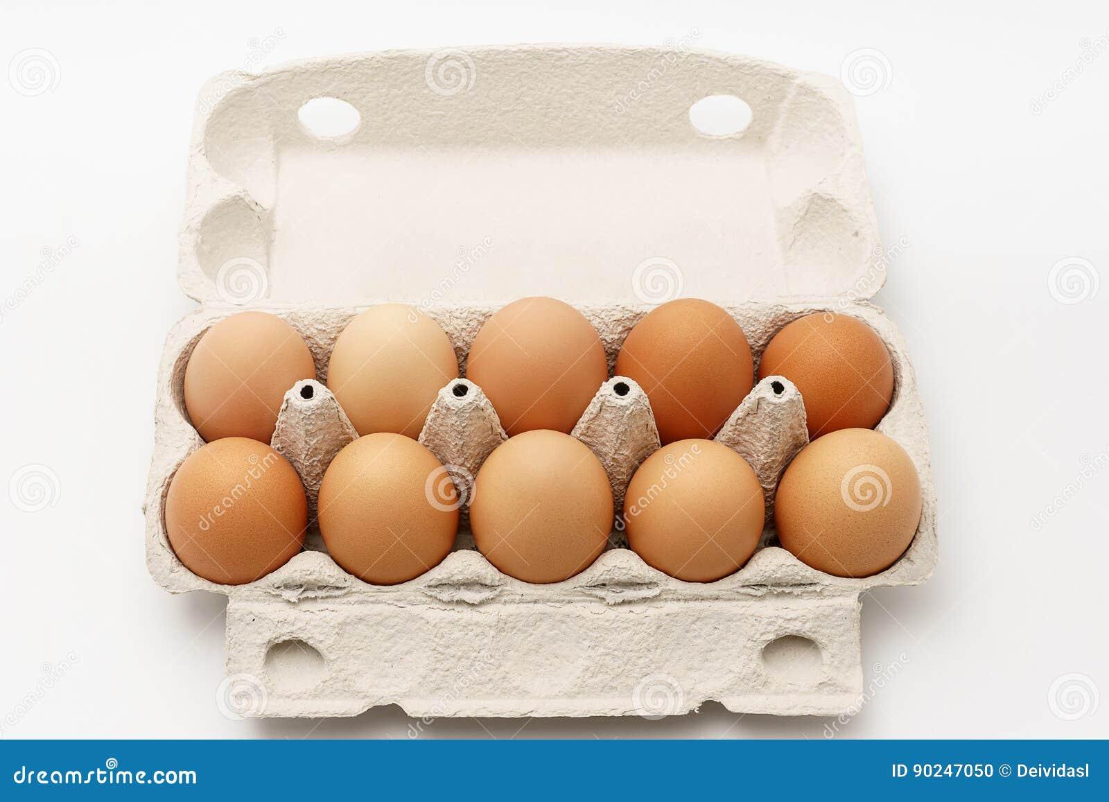 在纸板箱的多个鸡蛋在白色背景