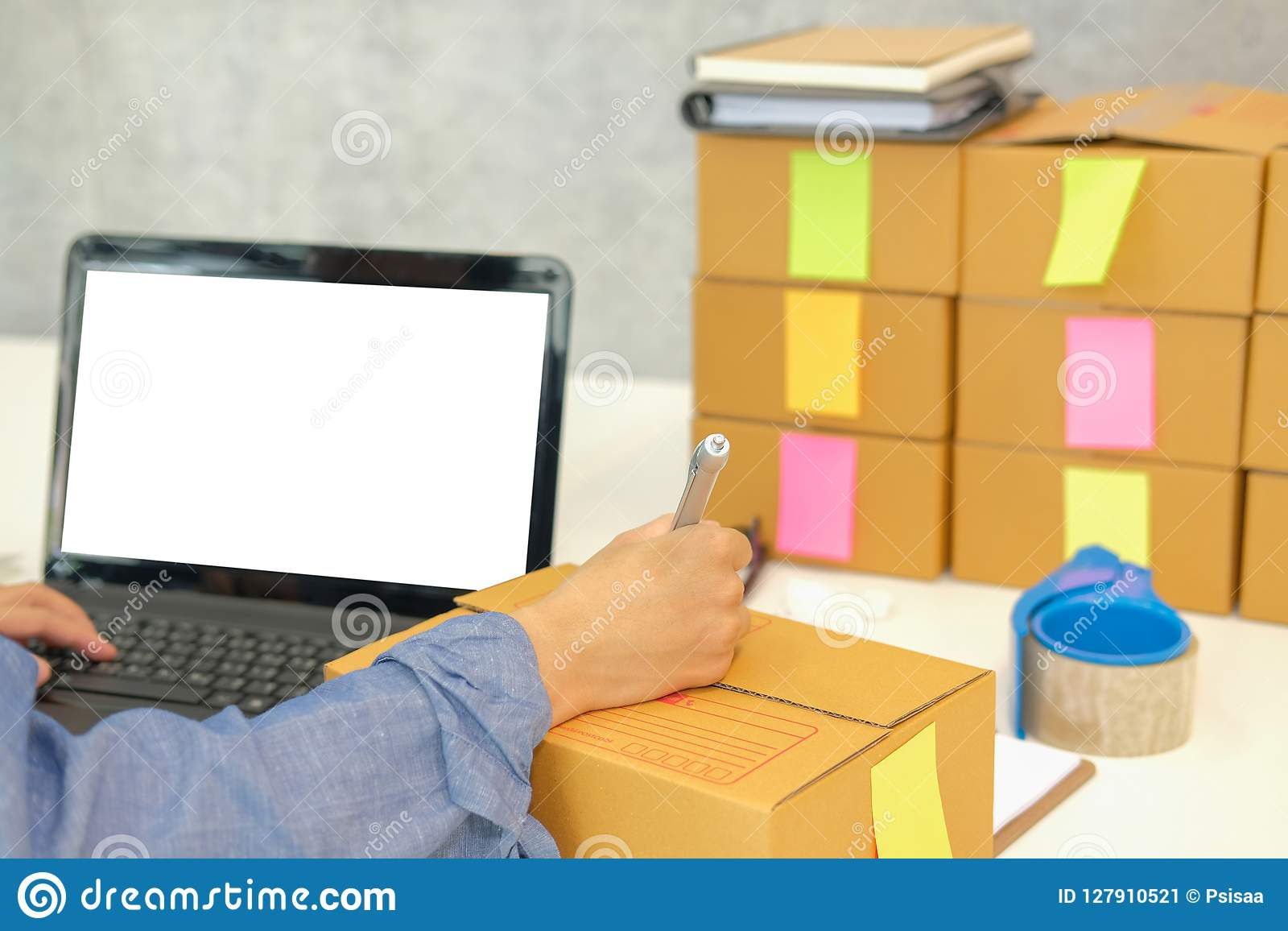 在纸板箱的起始的企业主文字地址 妇女s