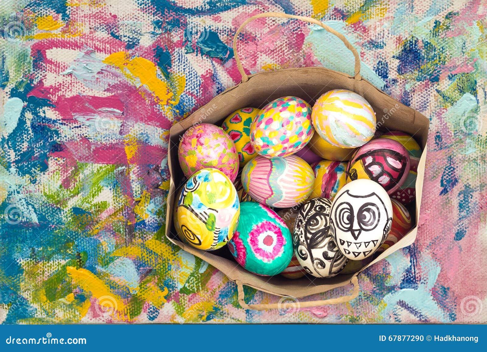 在纸袋的五颜六色的复活节彩蛋在五颜六色的绘画