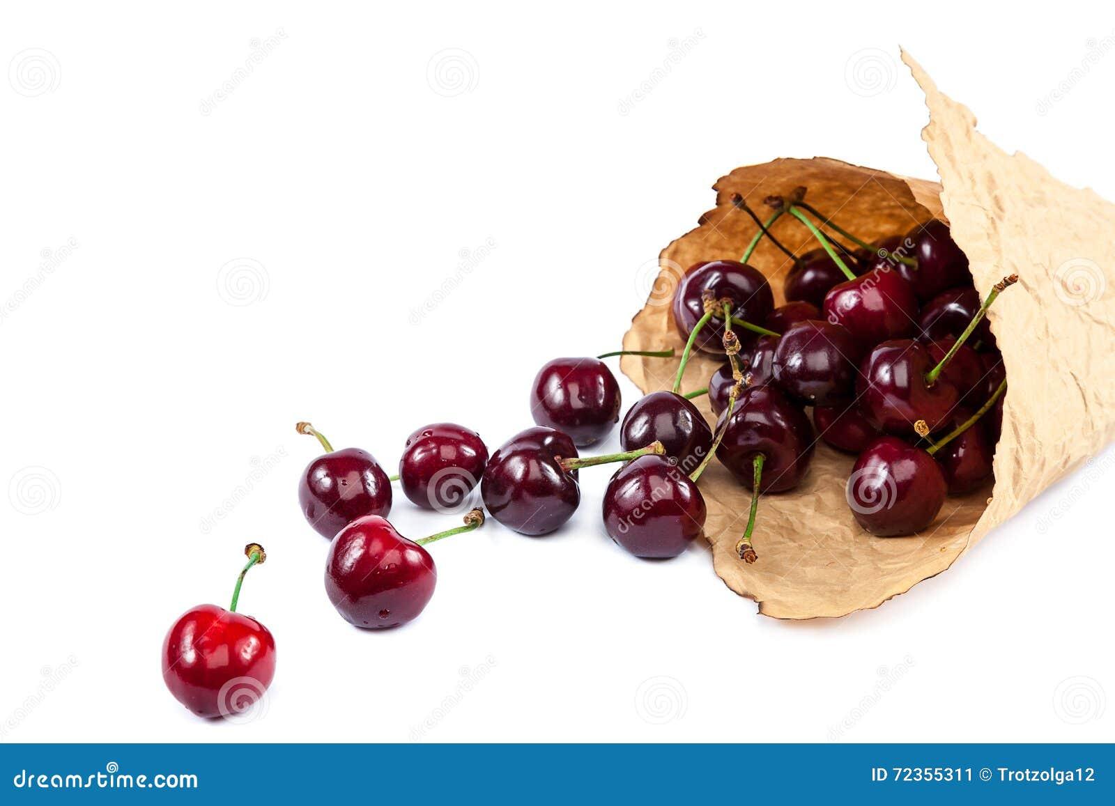 在纸袋的新鲜的樱桃