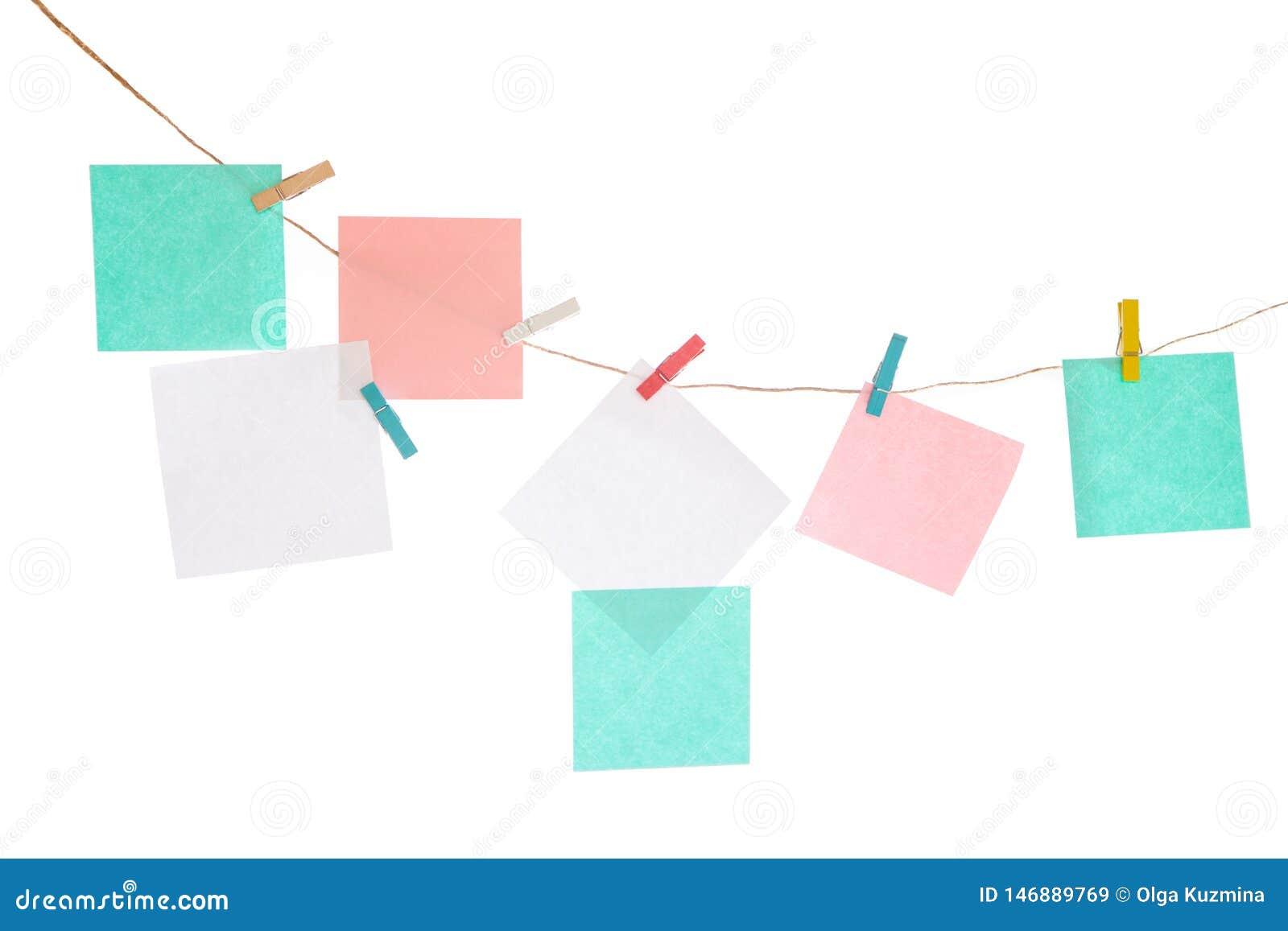 在绳索的多彩多姿的贴纸在白色被隔绝的背景 为您的题字安置