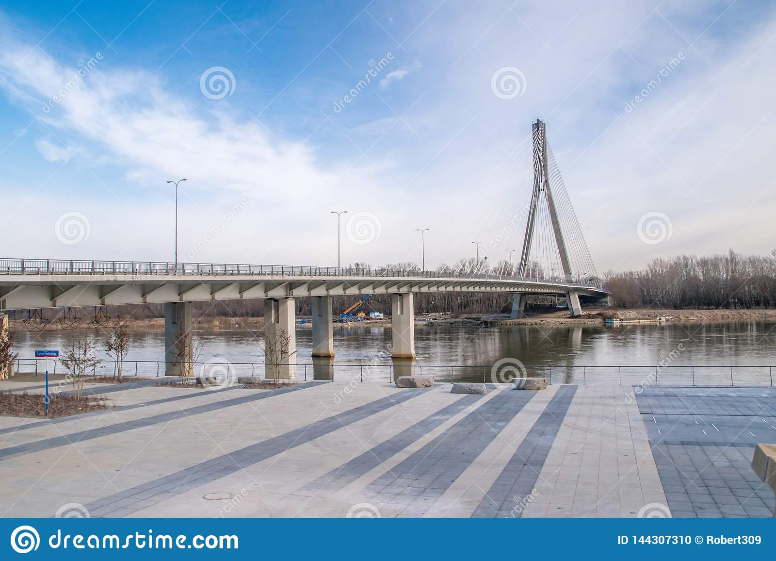 在维斯瓦河的Swietokrzyski桥梁在华沙,波兰