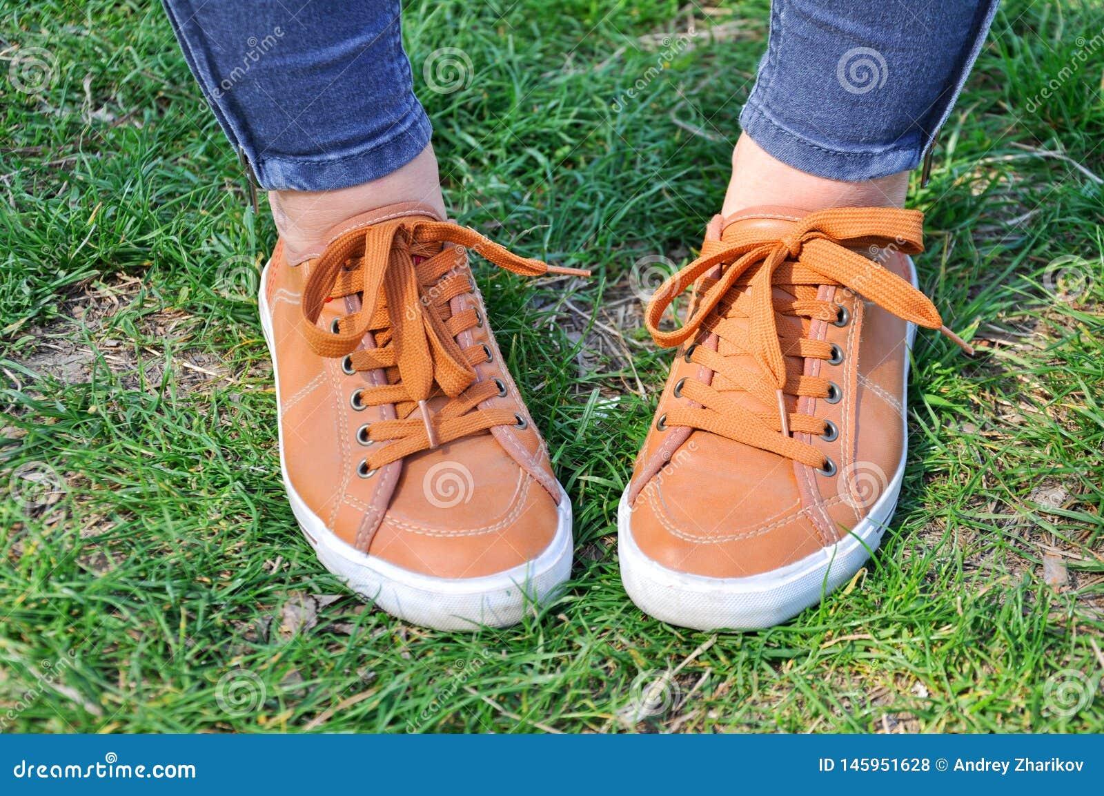 在绿草的运动鞋