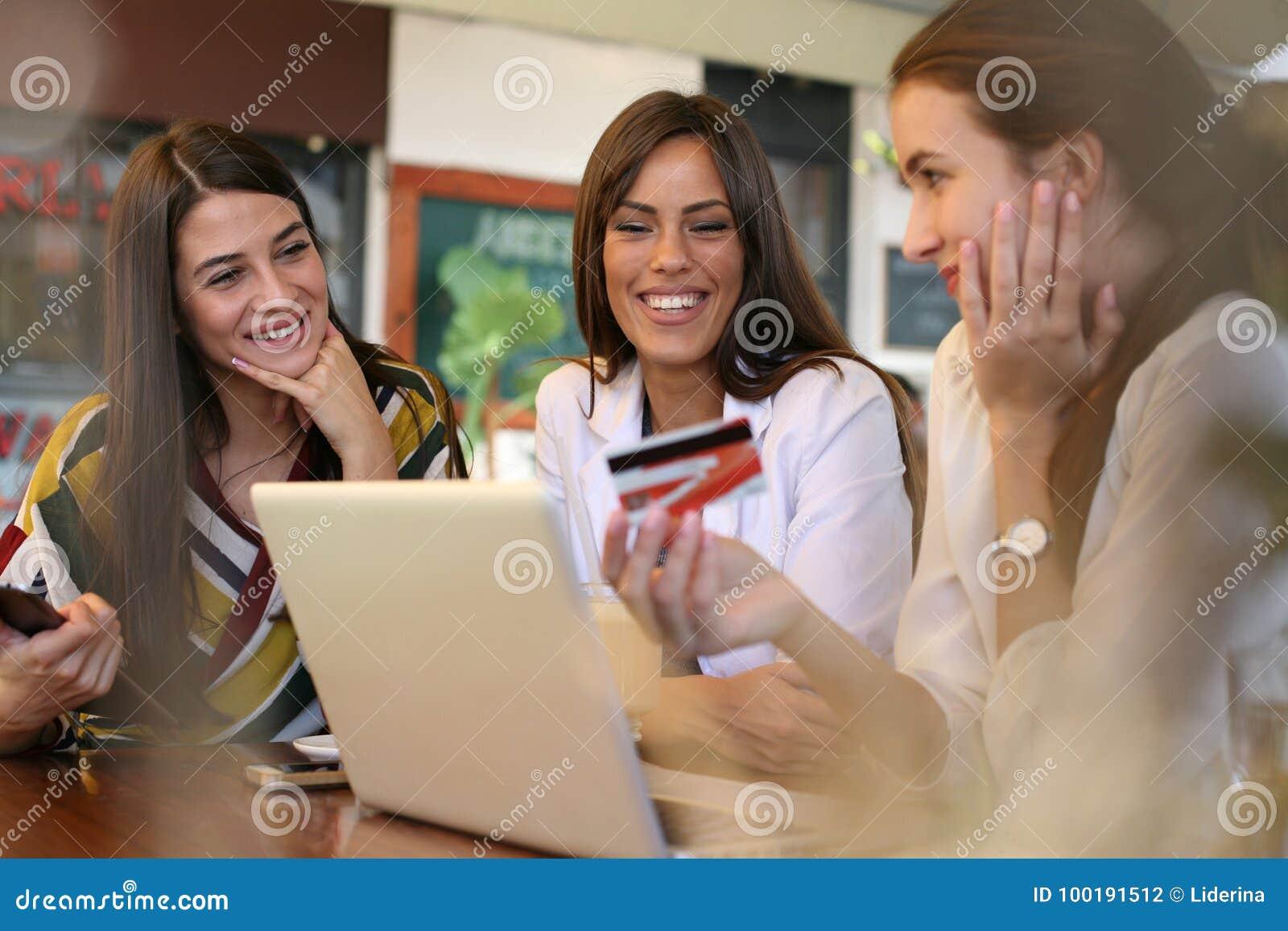 在网上购物与信用卡的少妇