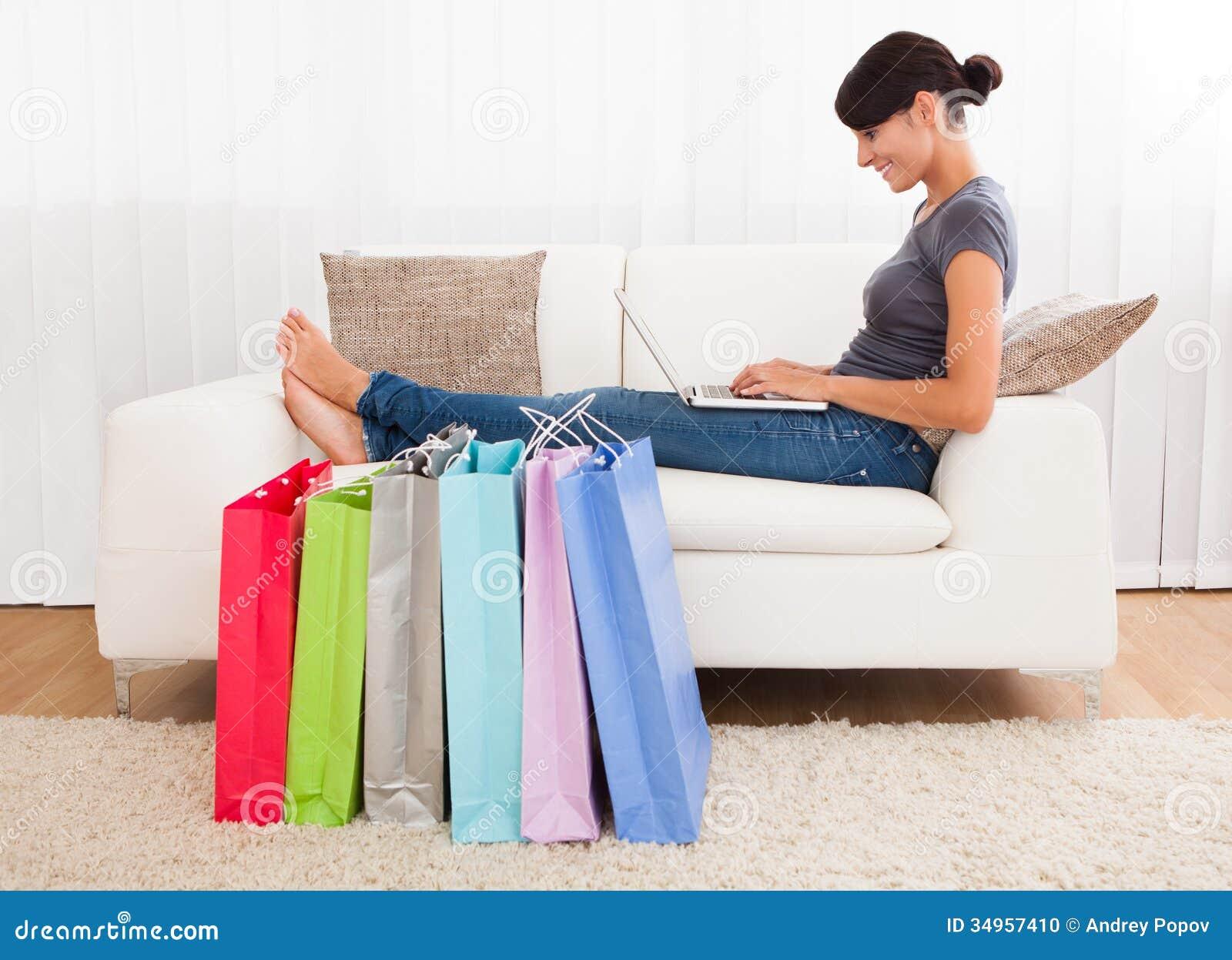 在网上购物的少妇