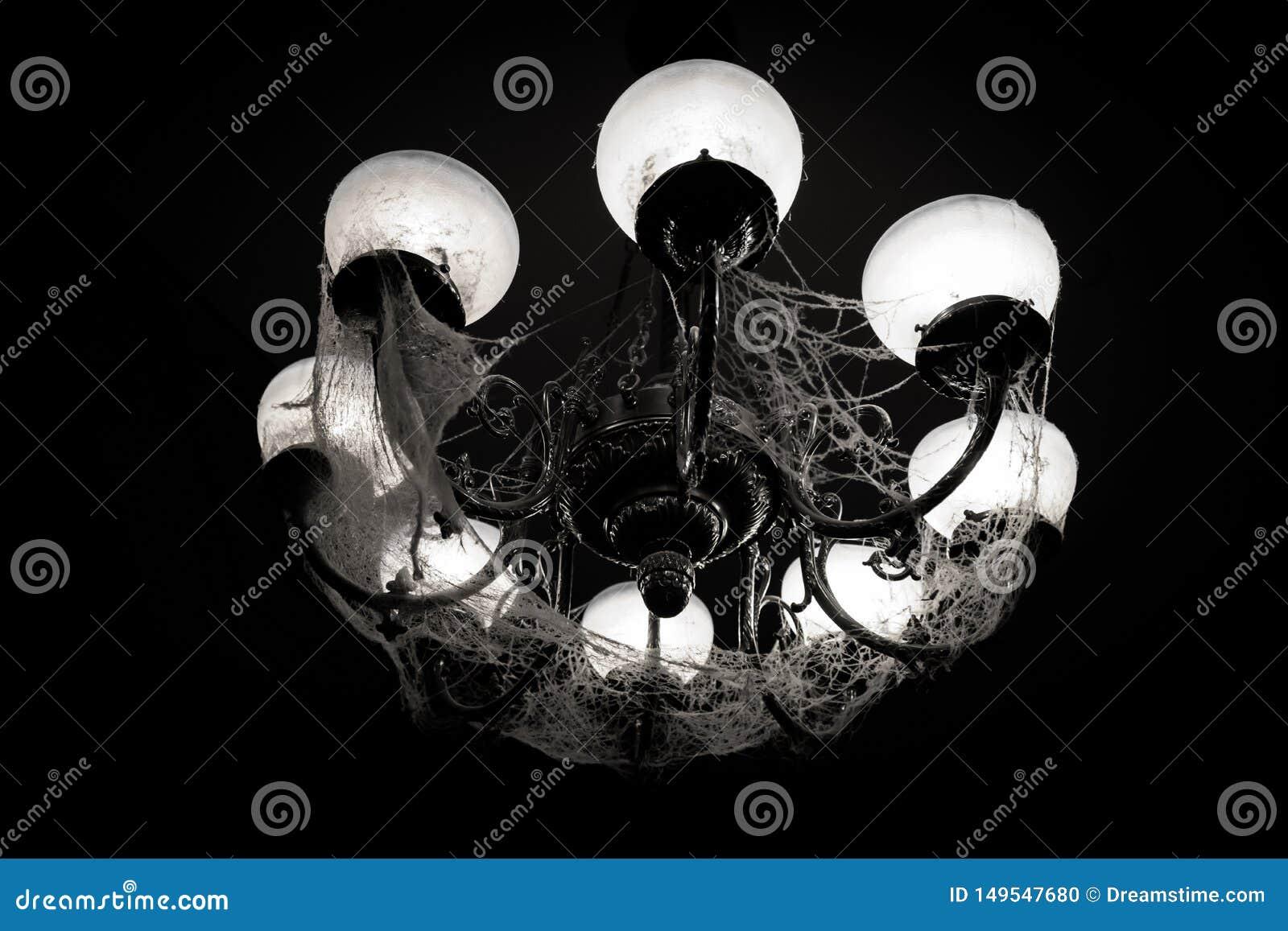 在网的枝形吊灯