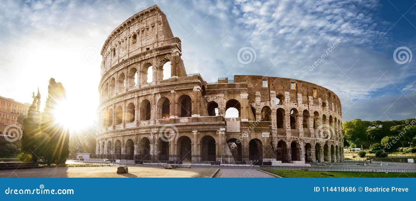 在罗马和早晨太阳,意大利的罗马斗兽场