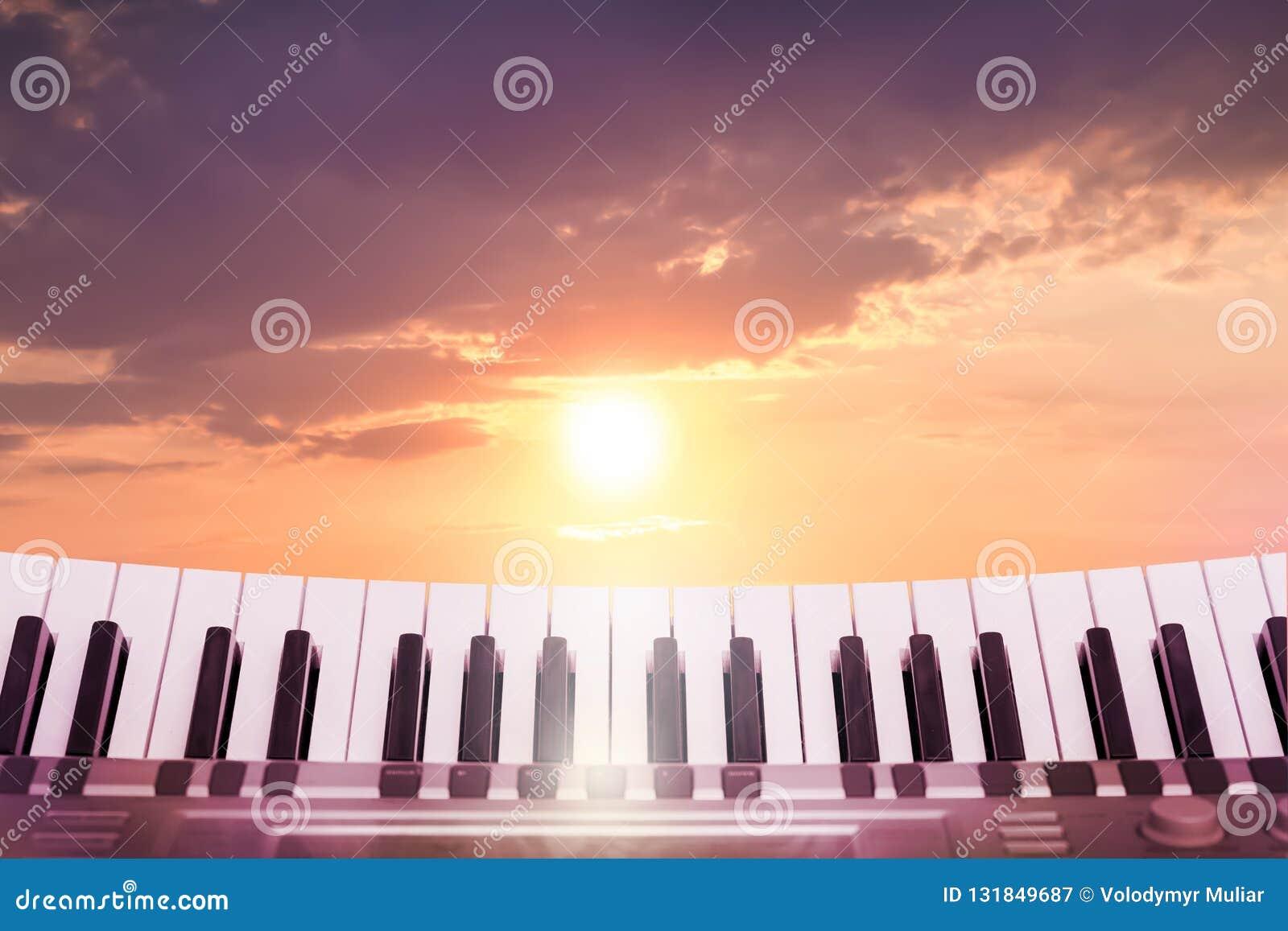 在美丽如画的天空的背景的钥匙钢琴在s期间的