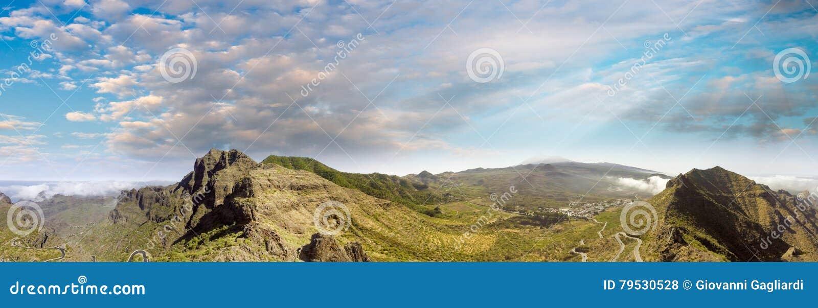 在美丽的绿色山的蓝天,鸟瞰图