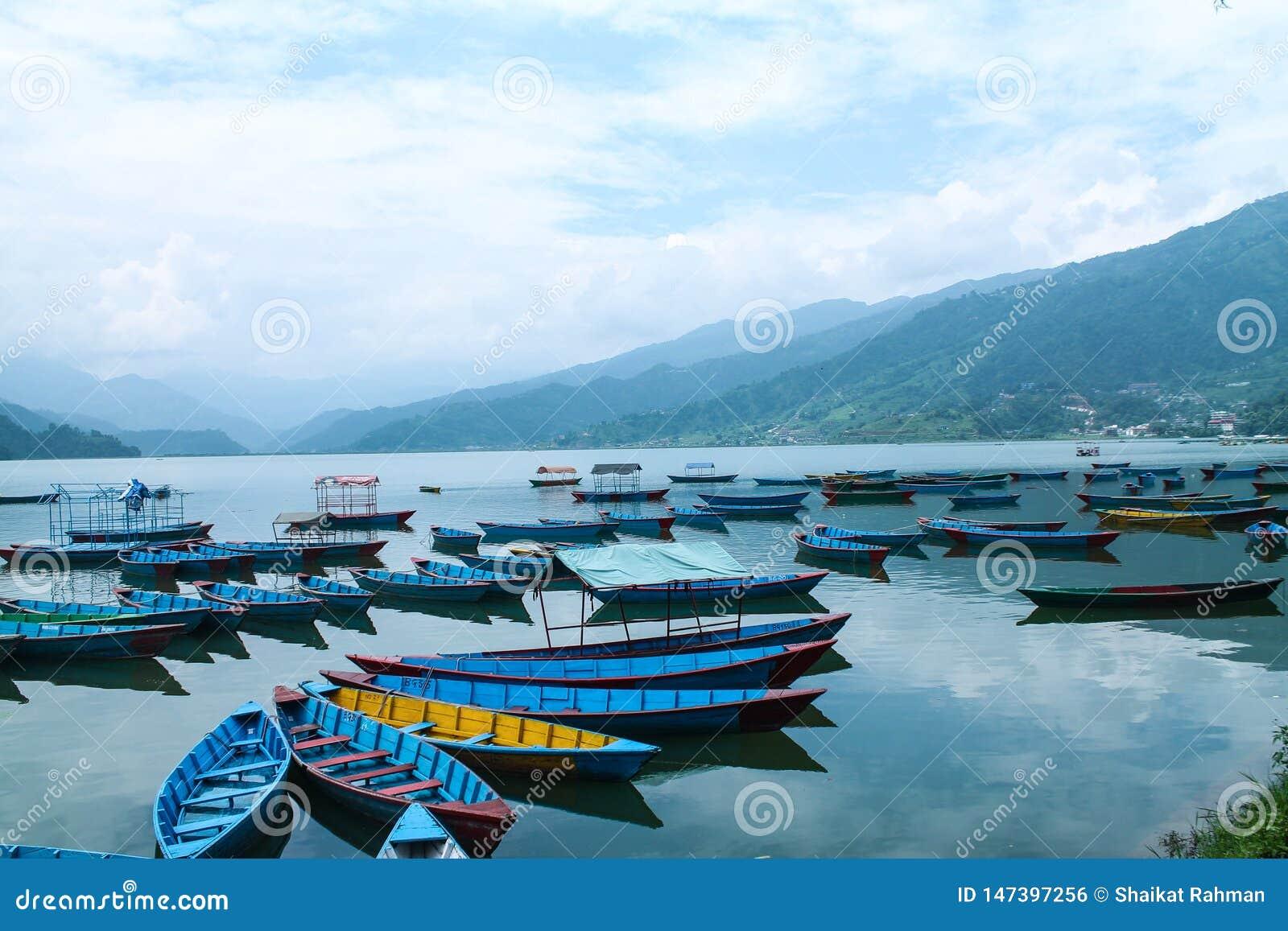 在美丽的phewa湖,博克拉,尼泊尔的五颜六色的小船