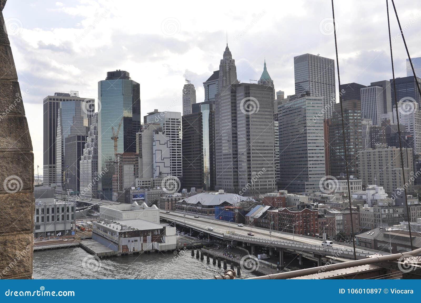 在美国降低从布鲁克林大桥的曼哈顿全景在从纽约的East河