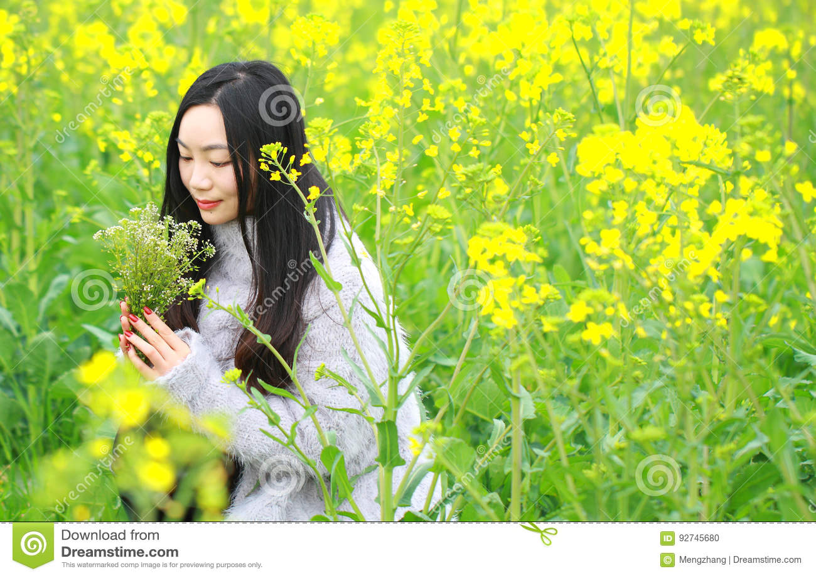 在美好的早期的春天,是最大的在上海在黄色强奸花中间的一个少妇立场归档了