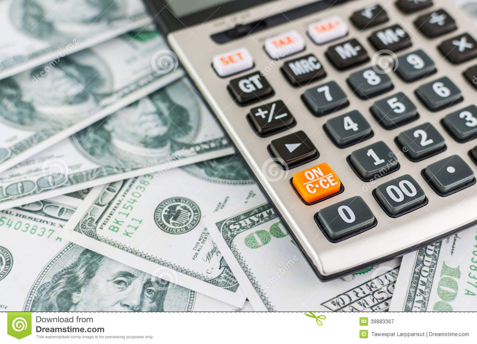 60美金_在美金背景的计算器 财政的概念.