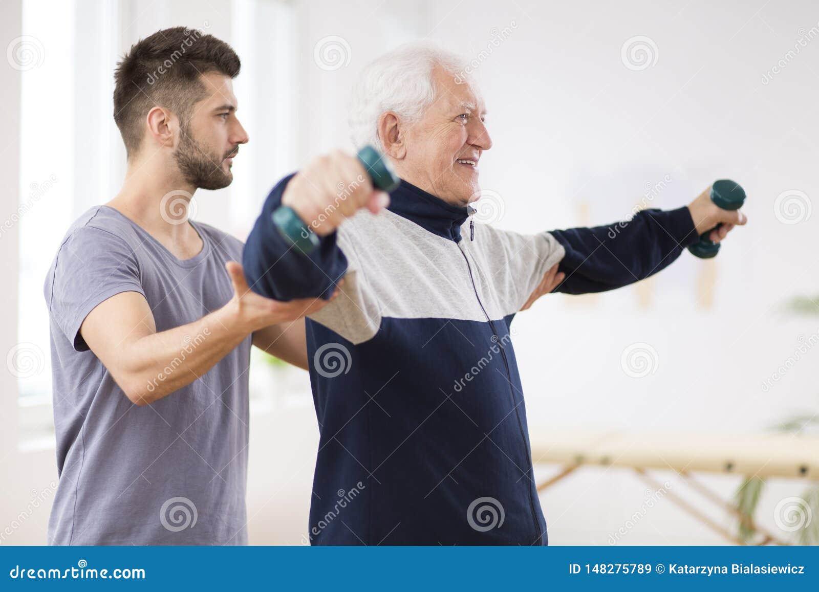 在老人院的行使与专业生理治疗师的冲程以后的老人