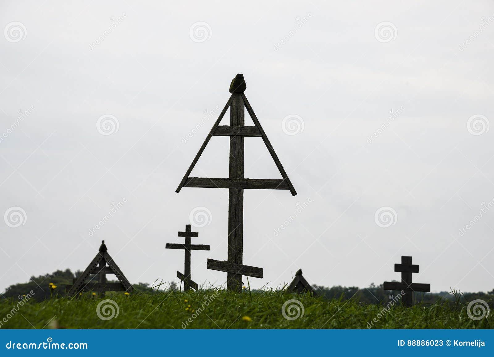 在老公墓,基日岛,俄罗斯的木十字架
