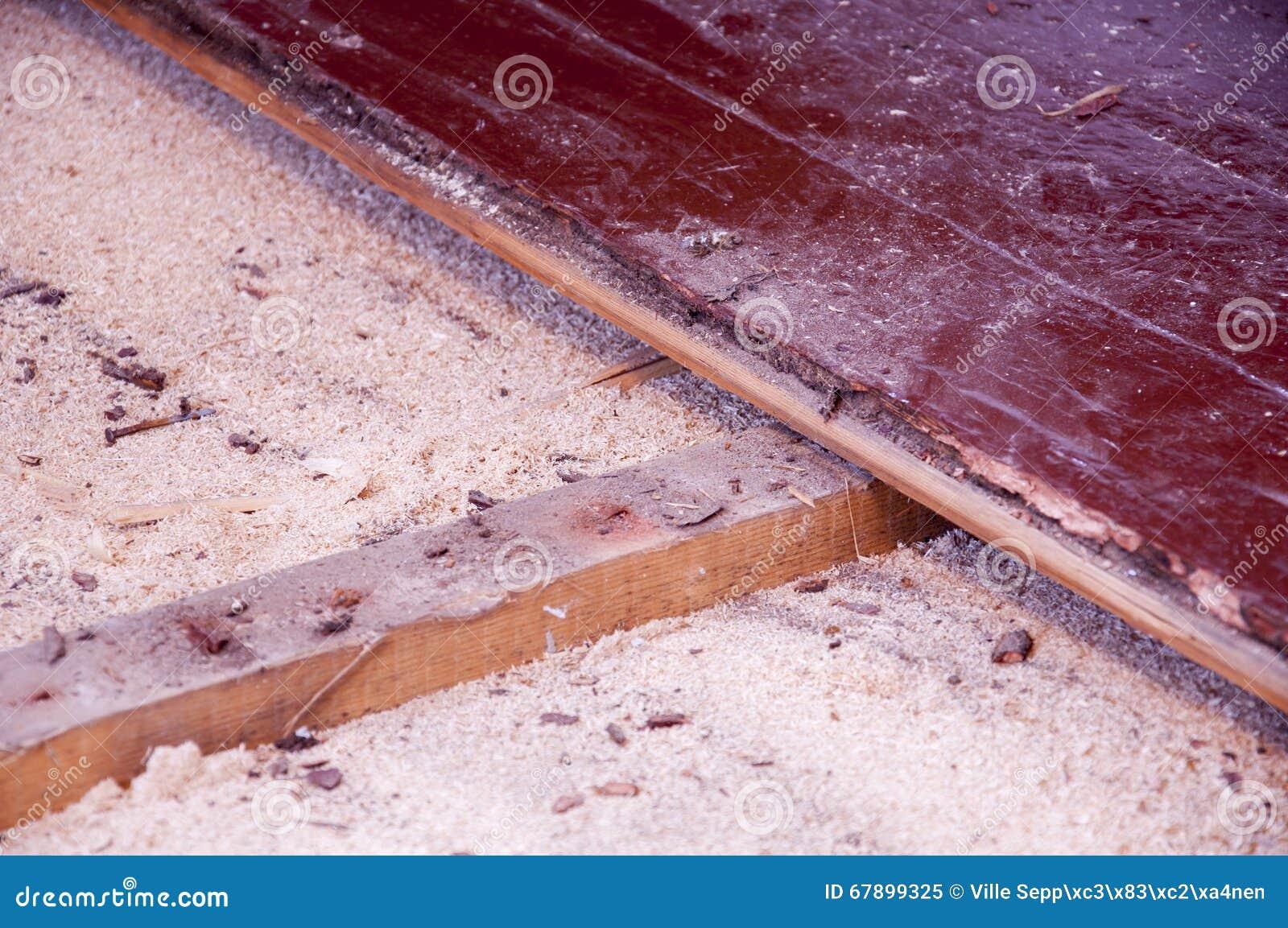 在老台面厚木板下的锯木屑绝缘材料