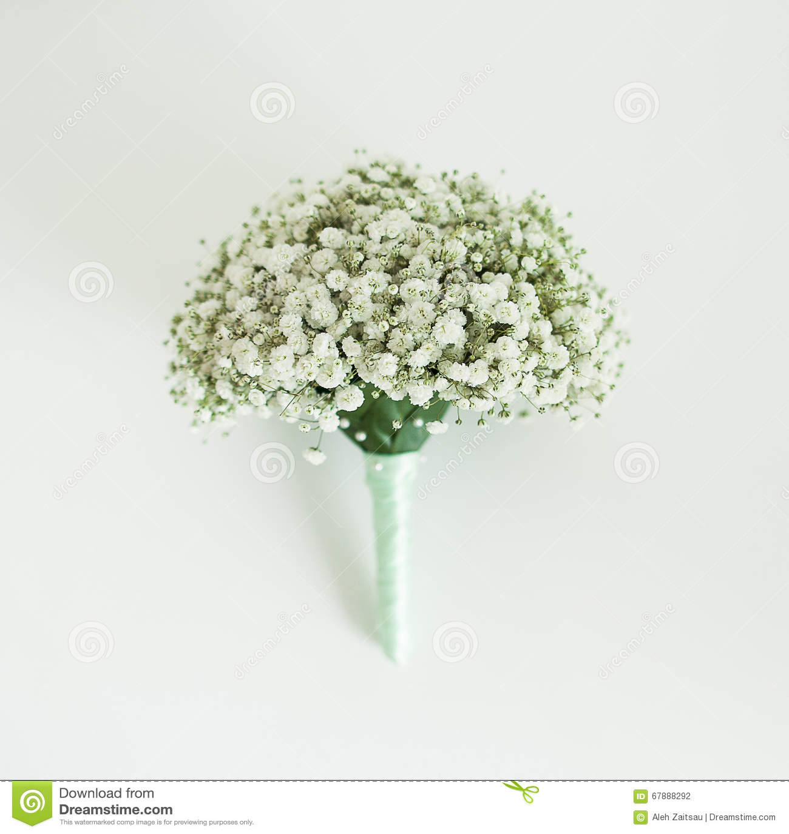 在老和典雅的桌上的新娘花束