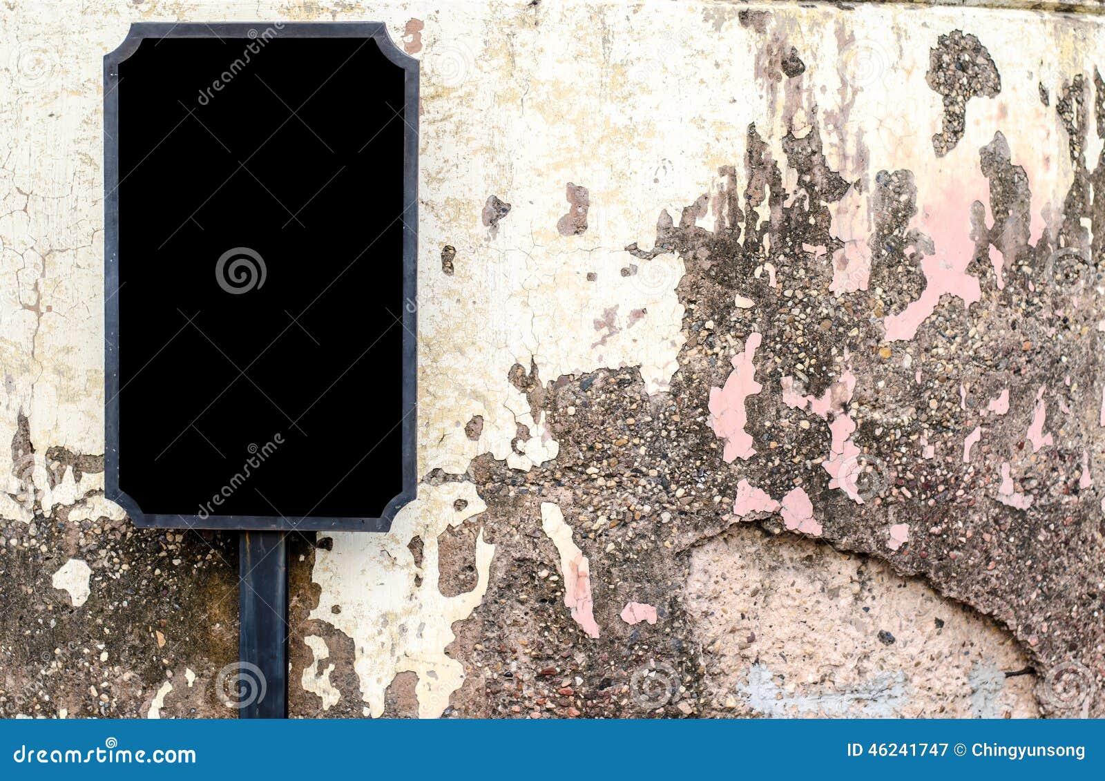 在老墙壁的空白的标志-与空间的背景文本的