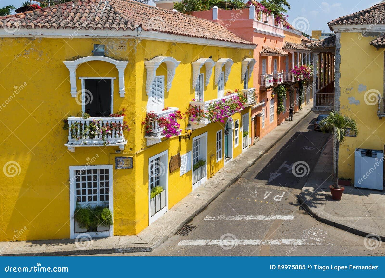 在老市的街道的五颜六色的大厦卡塔赫钠卡塔赫钠de Indias在哥伦比亚